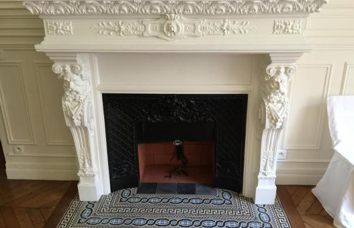 Antique Maufroid et Soeur tiles in a period Parisienne chimney